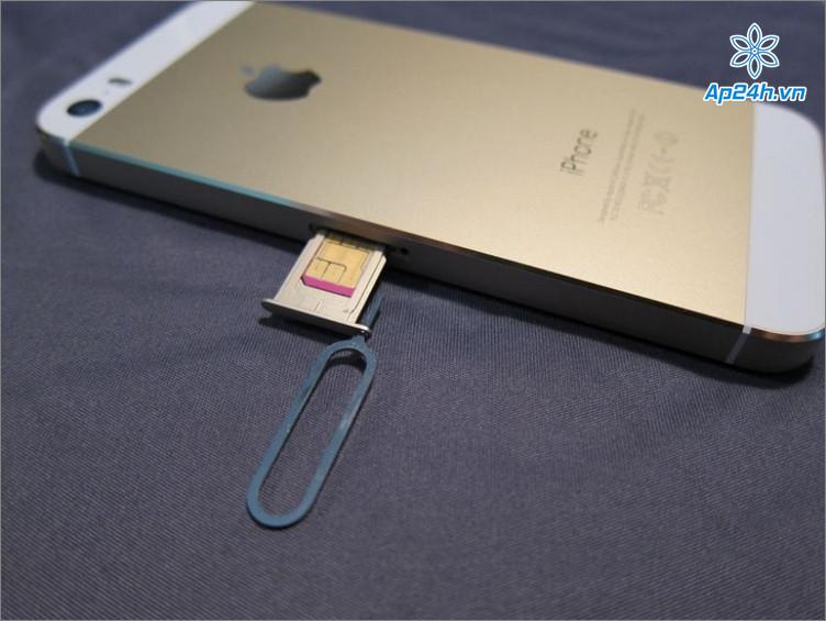 Tháo thẻ SIM ra khỏi khay đựng trên iPhone
