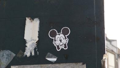 Photo: Micky Mouse mit Stinkefinger