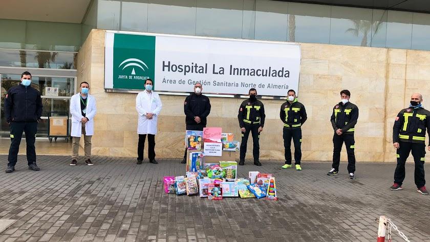 Entrega de los juguetes a los responsables del hospital.