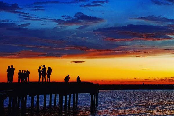 Sunset di Pantai Akkarena Makassar