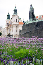 Photo: Jan Husin isohko muistomerkki ja Pyhän Nikolauksen kirkko