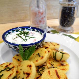 Gegrillte Minz-Kartoffelknödel mit Tzatziki