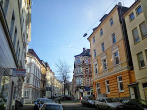 Photo: Etwas höher in Richtung Goldberg befindet sich die Einmündung der Mauerstraße in die Lange Straße. Auch hier befinden sich schicke Häuser aus der Gründerzeit (um 1900), welche mitunter (etwa kriegsbedingt) baulich verändert wurden .