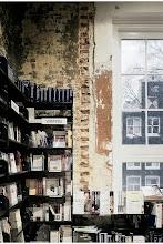 Photo: Hoy viajamos a Amsterdam en nuestra ruta librera. Conozcamos la American Book Center. Difícilmente encontremos una colección de literatura en inglés mayor que esta en librerías de la Europa continental. Fundada por Lynn Kaplanian Buller hace 7 años se trasladó a su ubicación actual, un precioso edificio de más de trescientos años en el que reparte su contenido en cuatro plantas en las que ya son característicos los troncos de árbol en el interior que hacen que el visitante tenga la impresión de estar en una gigantesca casa de árbol. Pero no se queda ahí la peculiaridad de esta librería, ya que personalmente me llama más la atención su Espresso Book Machine, una máquina con la que imprimen y encuadernan cualquier libro al instante para que el cliente se lo pueda llevar. De este modo, podemos llevarnos a casa ese texto que tanto nos gusta, que escribimos o nos enviaron convertido en un tesoro personal. Fotos: http://www.flickr.com/photos/americanbookcenter/