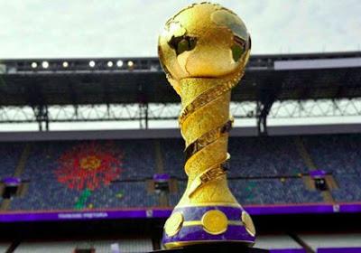 Le trophée de la Coupe des Confédérations présenté par Ronaldo
