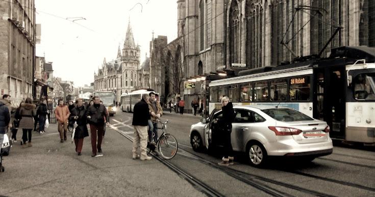 Policía parando a ciclista