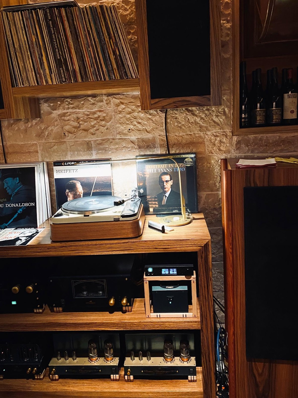Ein Bild, das Text, drinnen, Regal, Unterhaltungszentrum enthält.  Automatisch generierte Beschreibung