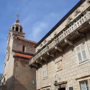 【世界の絶景】クロアチア・コルチュラ島のシンボル「聖マルコ大聖堂」の塔からオレンジ屋根の街並みを眺める