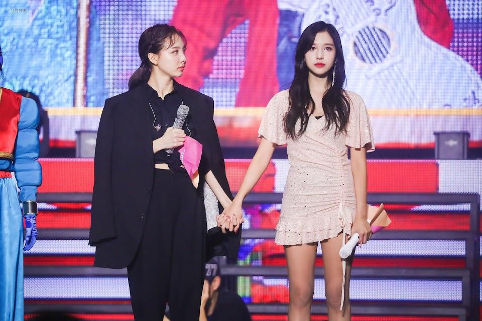 twice nayeon mina holding hands