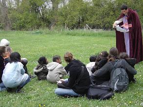 Photo: Prairie Enchantée lit la lettre de la Reine de l'Eté