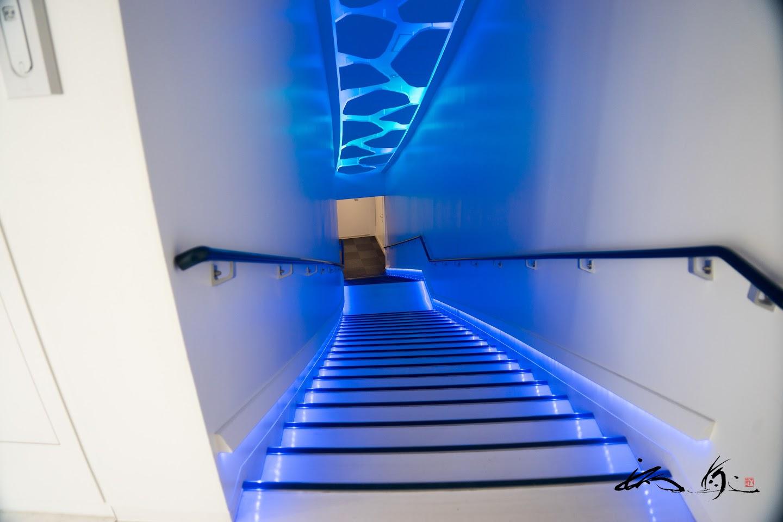 地下へと続く青い階段