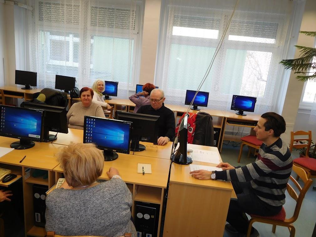Idős emberek a számítógép előtt