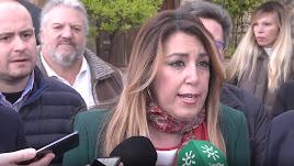 Susana Díaz atiende a los medios durante su visita a Bayárcal.