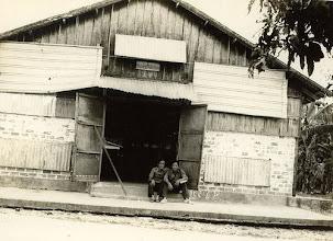 Photo: Từ trái sang: Ưng hồng Thu & Lê hồng Điều trại gà Lái Thiêu