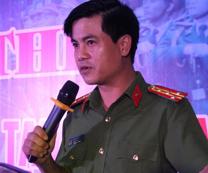 Đại tá Nguyễn Đức Hải, Phó Giám đốc Công an tỉnh chúc mừng các đồng chí đạt giải
