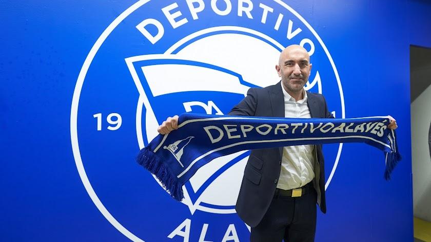 Abelardo Fernández en la presentación con el Deportivo Alavés.