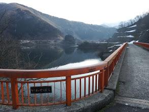 岩屋橋を渡りダム左岸を進む