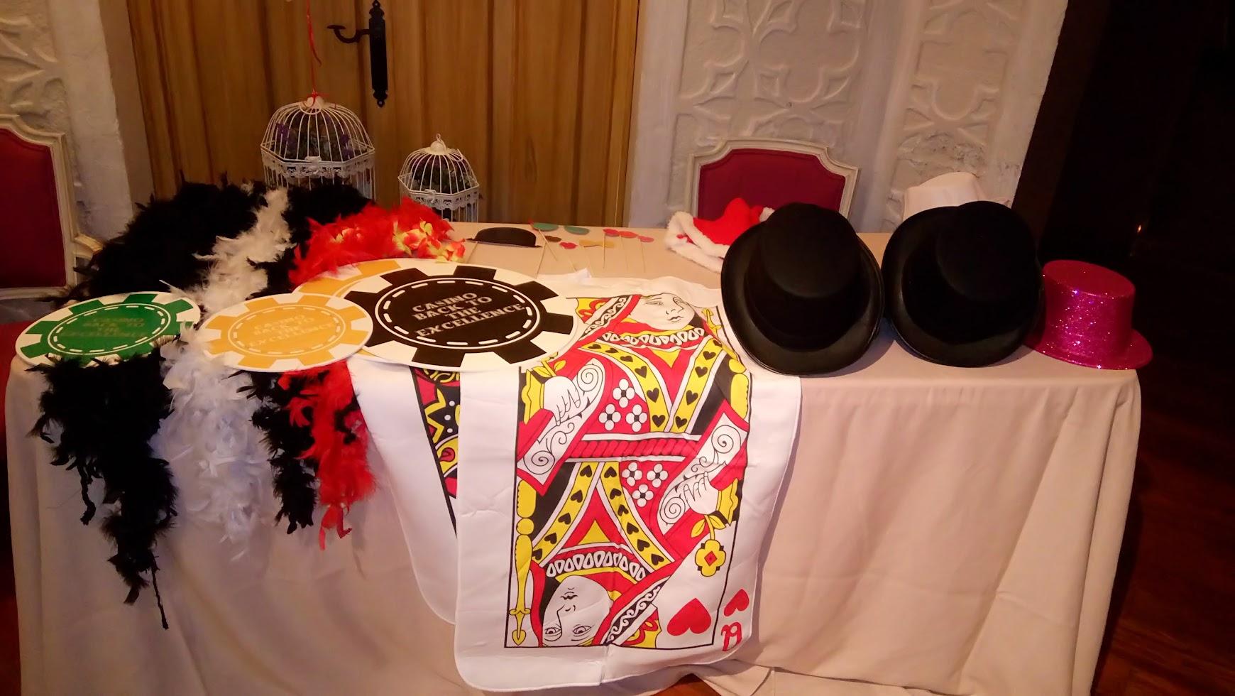 accesorios y sombreros para disfraz en fiesta casino