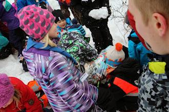 Photo: Sudenpentujen leiri on lopuillaan ja on aika kiittää johtajia lumipesulla. Kirppu on kuvassa kasan alimmaisena.