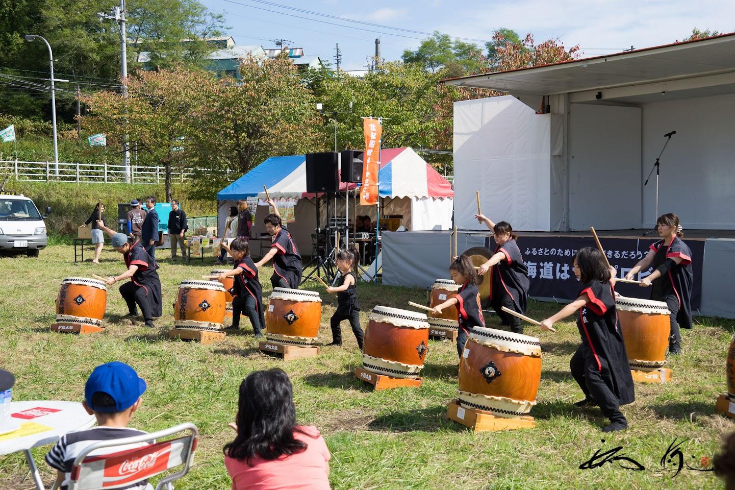 地元グループの太鼓演奏