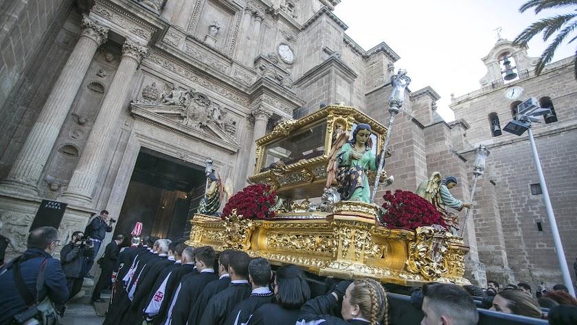 Salida del Santo Entierro desde la parroquia de San Pedro, por Juan Sánchez.