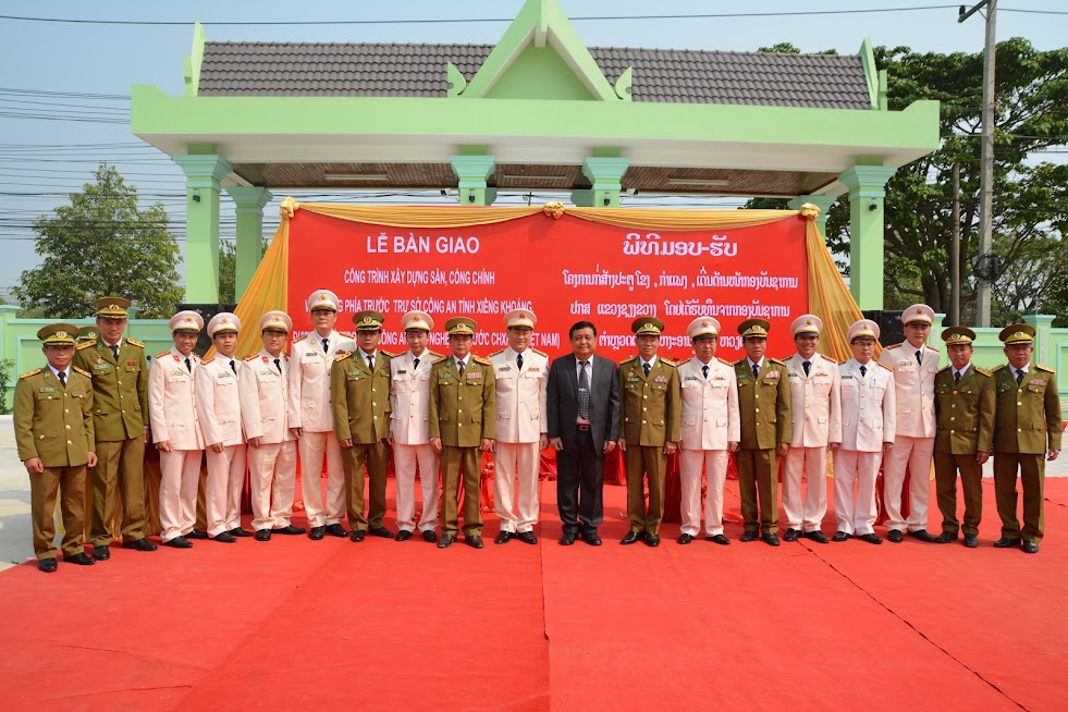 Các đại biểu tham dự lễ bàn giao công trình chụp ảnh lưu niệm