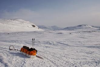 """Kuva: Varusteet pakattu lähtökuntoon, uuden lumen määrästä ja sen """"aallokkuudesta"""" johtuen en noussutkaan norjan puolelle. Suunta kohti Urtaslaaksoa"""