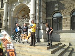 Photo: Před Libereckou radnicí předal nizozemský velvyslanec Eduard Hoeks poděkování městu Liberec za zapojení se do kampaně Do práce na kole