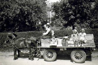 Photo: Varetur Rødding Brugs 25. juni 1941 Inger Andreasen ved siden af kusk? Bente .. og Gerda Hansen på vognen