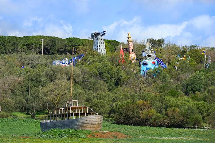 Vista del Giardino dei Tarocchi dall'esterno del parco