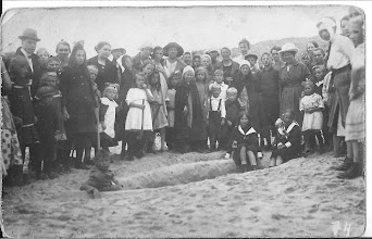 Photo: Mijn moeder  helemaal links, met tante Cor aan haar hand zij was een zuster van mijn moeders moeder, het leeftijds verschil was 6 jaar.
