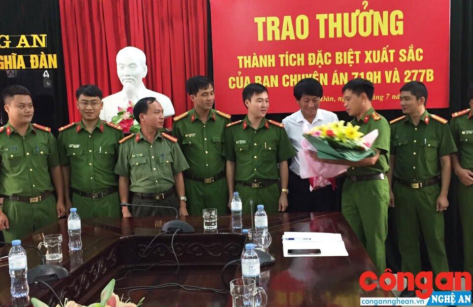 Đại diện UBND huyện Nghĩa Đàn khen thưởng thành tích xuất sắc của Công an huyện