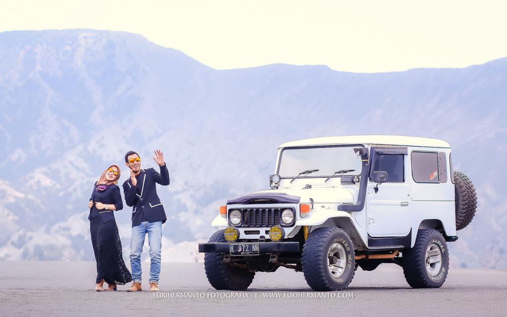 foto prewedding bromo muslim berhijab gaun hitam formal di jeep bromo