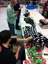 Photo: Une job palpitante : enlever des étiquettes de prix.