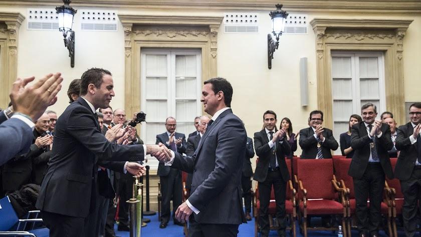 Teodoro García felicita a Javier García.