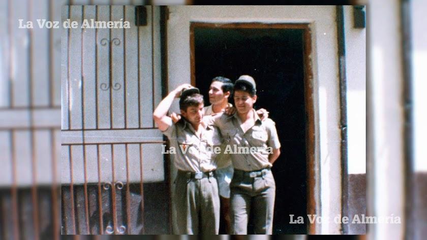 La puerta del establecimiento parecía una prolongación del cuartel de los soldados.