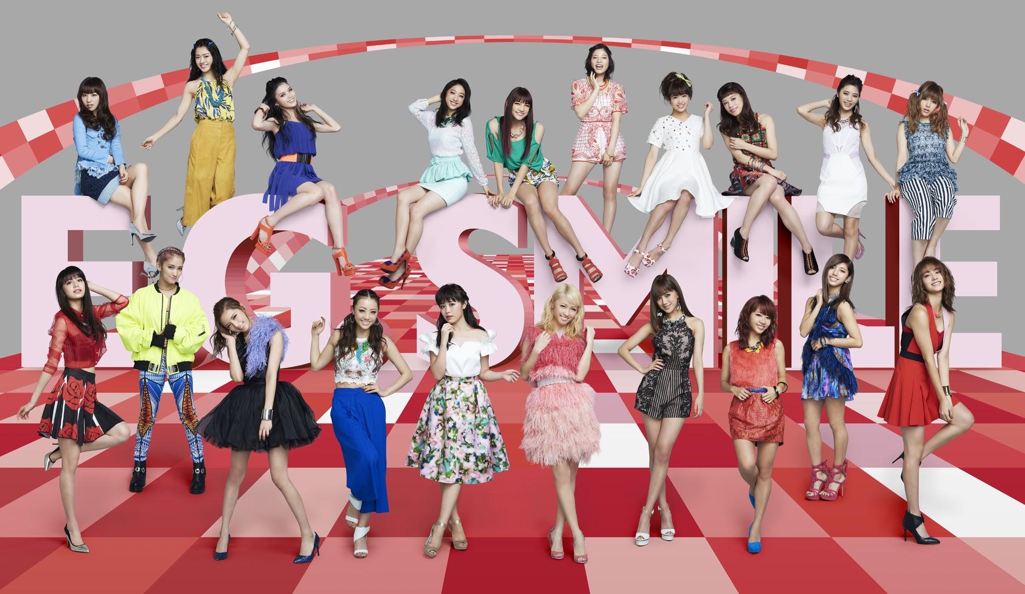 """Imagem promocional do álbum """"E.G. SMILE"""", com a formação de 20 integrantes. Também, é o álbum que contém a faixa """"DANCE WITH ME NOW""""."""