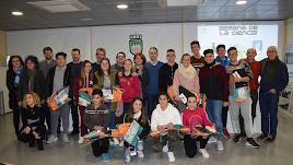 Alumnos de los grupos finalistas, tras recibir los premios, con la alcaldesa y profesores.