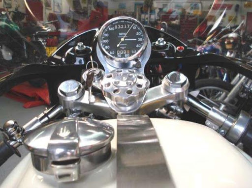 Vue du poste de pilotage d'un superbe Triumph 140 Triton sur base d'un cadre Norton Manx