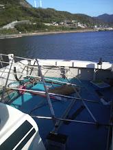 Photo: 先週の金曜日、スパンカーの支柱が折れた! スパンカー使用中じゃなくて、えさ釣りの最中に! 亀裂が入っていっていたのでしょう。 帆柱もテントもバラバラ!
