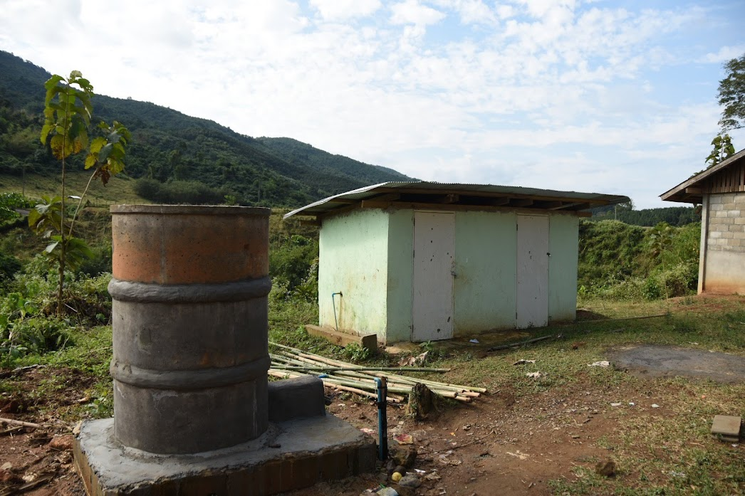パナ村小学校のトイレ