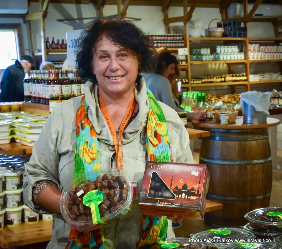 В магазине Тамар б-Кфар. Финики. Экскурсия на Кинерет. Израиль.