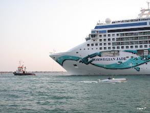 """Photo: """"Hund mit Mensch an der Leine"""" Alle Schiffsgrößen sind in Venedig zu sehen. Die Kreuzfahrer werden durch die Lagune geschleppt."""