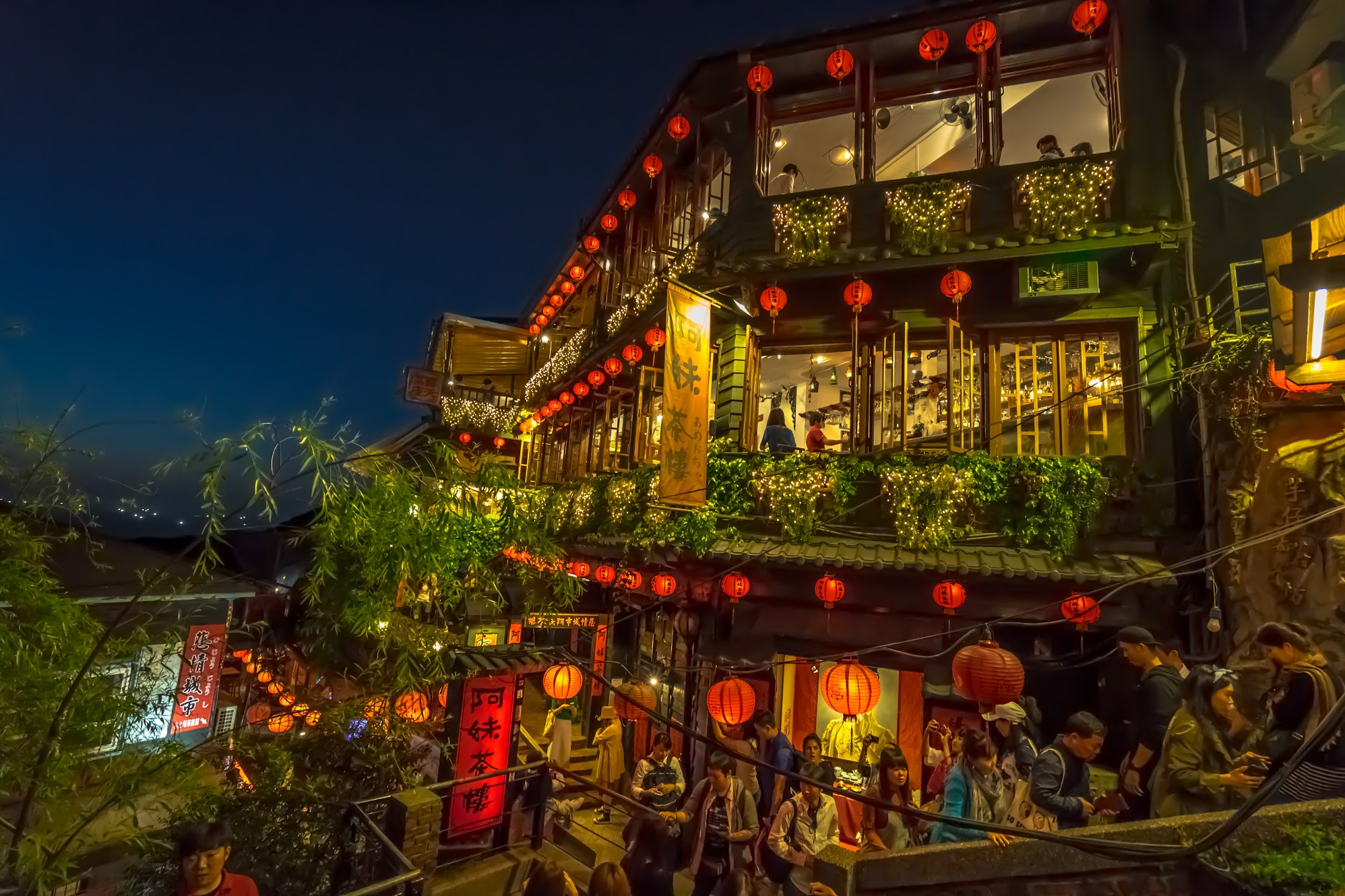 Jiufen A Mei Tea House Light-up2
