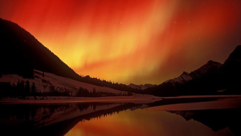 Photo: Помимо всем привычного Северного сияния зеленоватых оттенков, существует сияние именуемое Красная Аврора окрашено оно в красные тона, удивительно красивое зрелище. источник:http://goo.gl/ggNhv