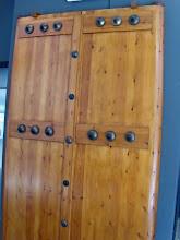 Photo: Reconstructie van een houten deur met de originele bronzen elementen