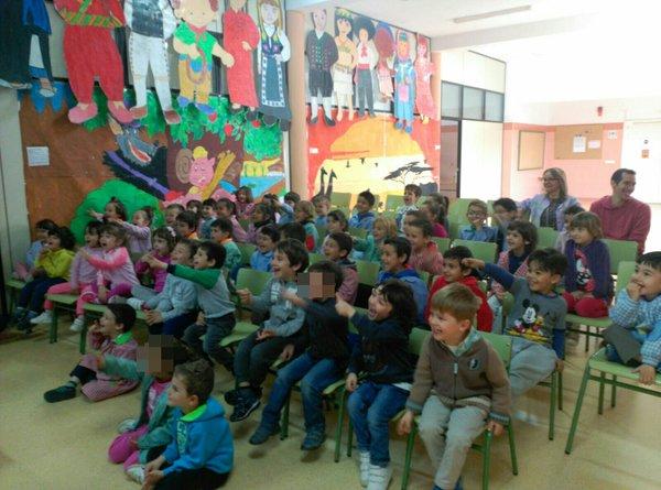 niños espectadores de show de magia y libros alfonso v