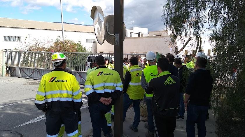 Concentración de trabajadores a las puertas de la fábrica