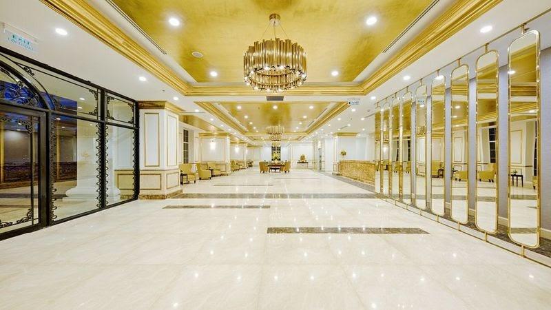 Sảnh lễ tân rộng lớn được dát vàng tạo cảm giác choáng ngợp khi khách vừa bước vào check in.