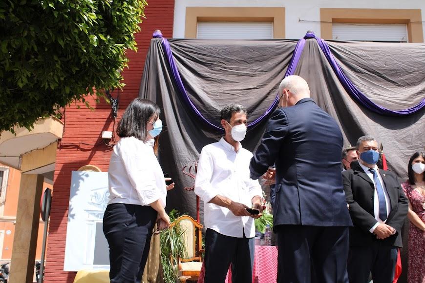 El alcalde impone la Medalla al concejal.